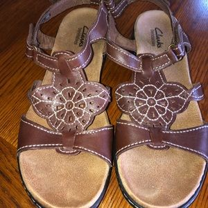 CLARKS BENDABLES brown leather floral sandal 9M